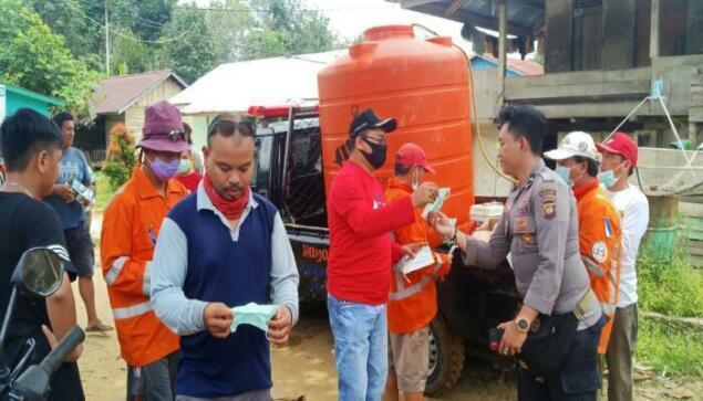Rumpak Bagikan Masker dan Semprot Disinfectant di Kecamatan Sepauk