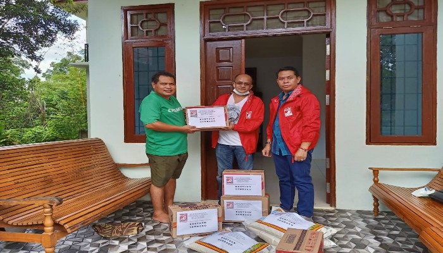 Bantu Warga Terdampak Covid, DPD PSI Sintang Serahkan Paket Sembako ke Seminari Yohanes Maria Vianey