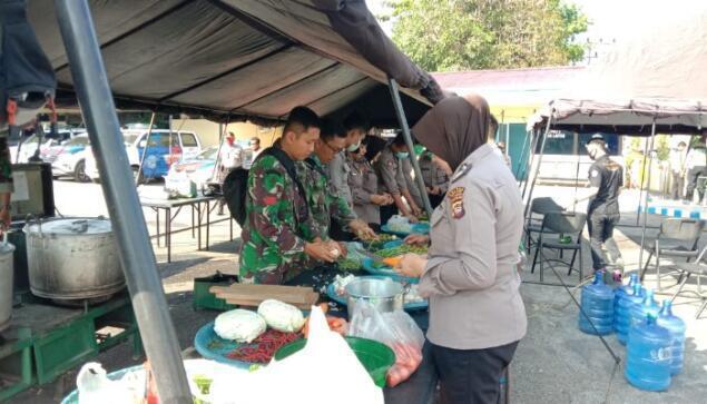 TNI Polri di Sintang Dirikan Dapur Umum, Bantu Masyarakat Terdampak Covid-19