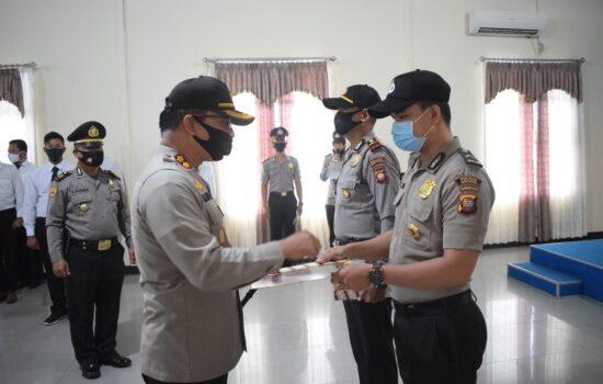 Upacara Kenaikan Pangkat Dan Pemberian Penghargaan Bagi Personel Polres Sekadau