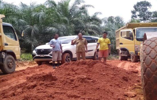 PT. BSL Bantu Perbaikan Jalan di Tp. Perodah