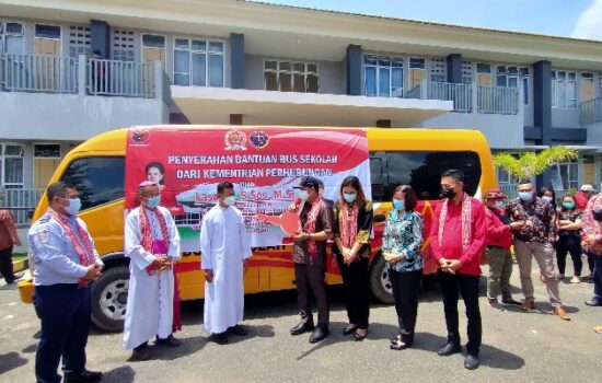 Lasarus Serahkan Bantuan Bus Sekolah Dari Kemenhub