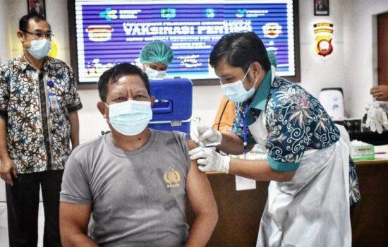 151 Anggota Polres Sintang Terima Suntikan Vaksin Tahap Pertama