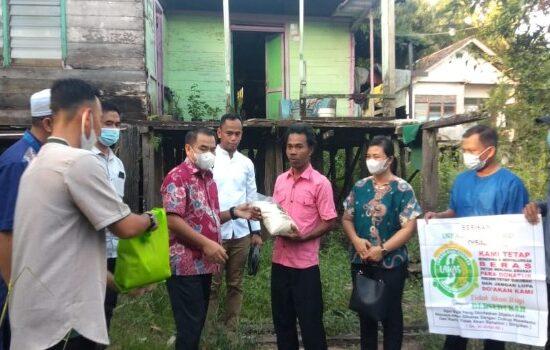Aron Serahkan 30 Paket Sembako di Desa Tanjung Desa