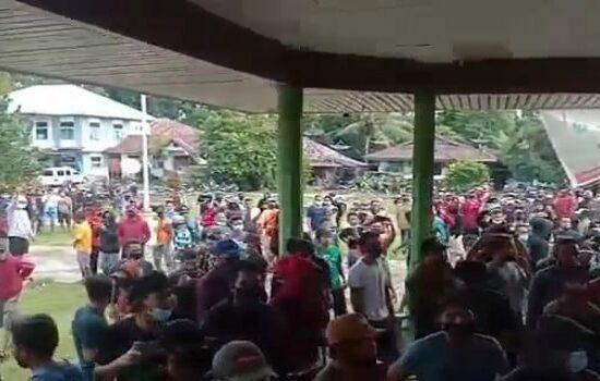 Pekerja PETI Demo, Kantor Camat Nanga Mahap Rusak
