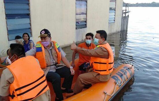 Wabup Sekadau Serahkan Bantuan Korban Banjir Untuk Dua Desa